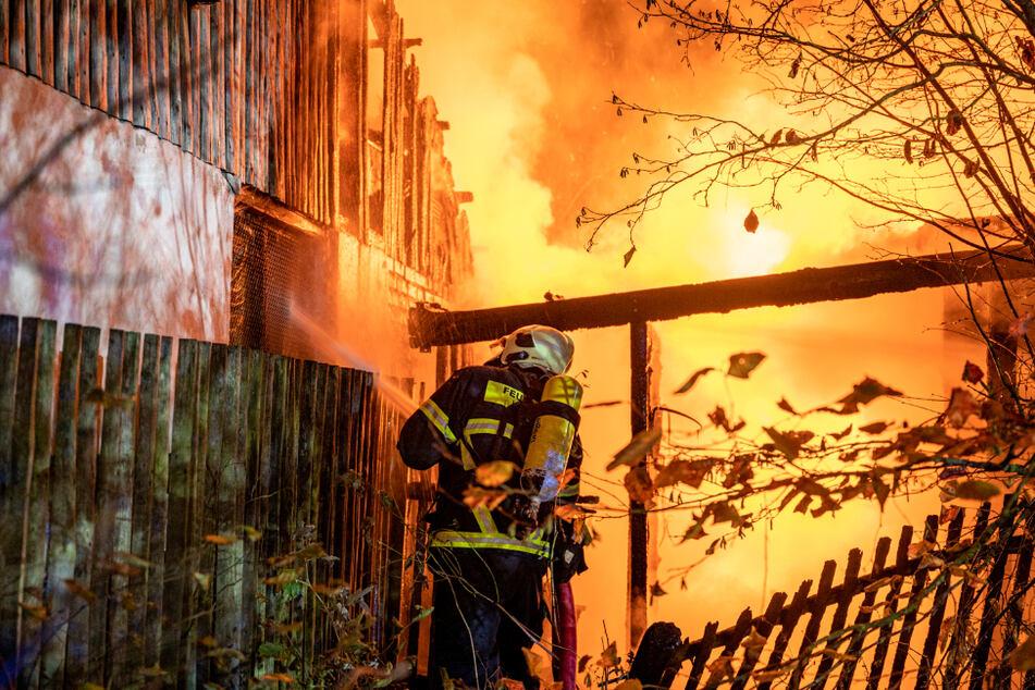 Die Einsatzkräfte der Feuerwehren konnten die Flammen unter Kontrolle bringen und löschen.