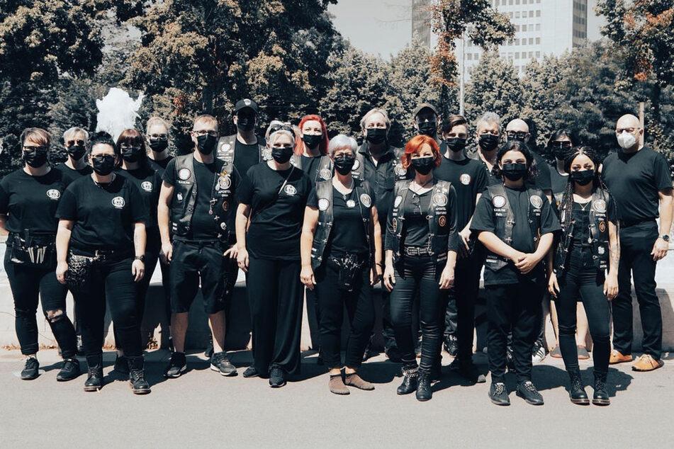 """Insgesamt gut zwei Dutzend ausgebildete Coiffeure und Helfer gehören der Bruderschaft im Freistaat an. Im """"Einsatz"""" tragen sie schwarze Shirts und Lederkutten im Bikerstil."""