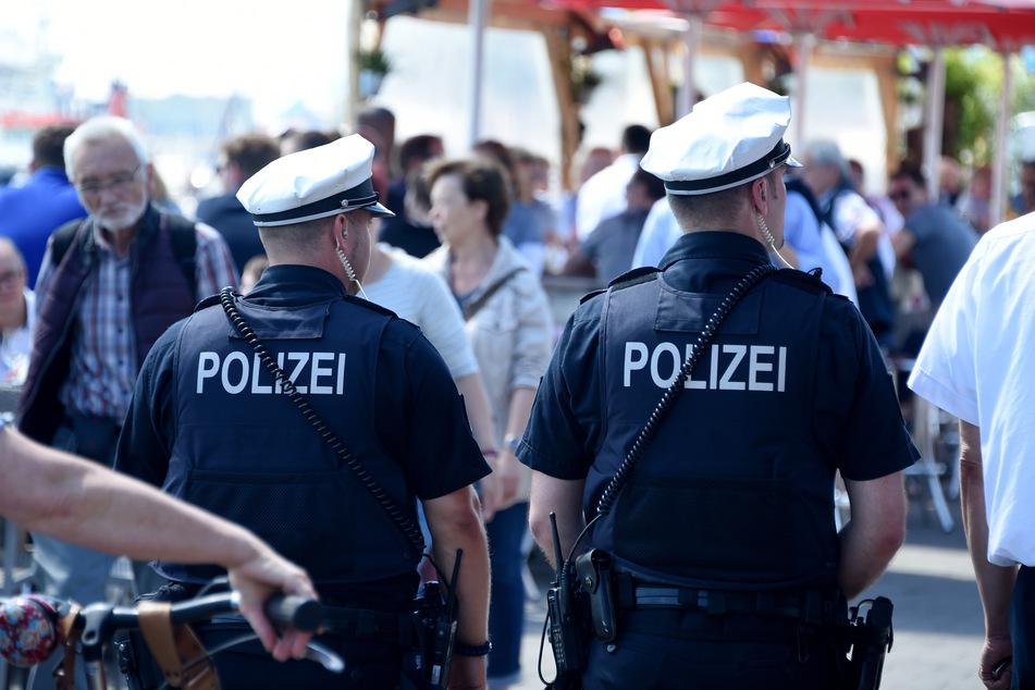 Zwei Polizisten gehen durch die Menschenmenge bei der Kieler Woche. (Symbolbild)