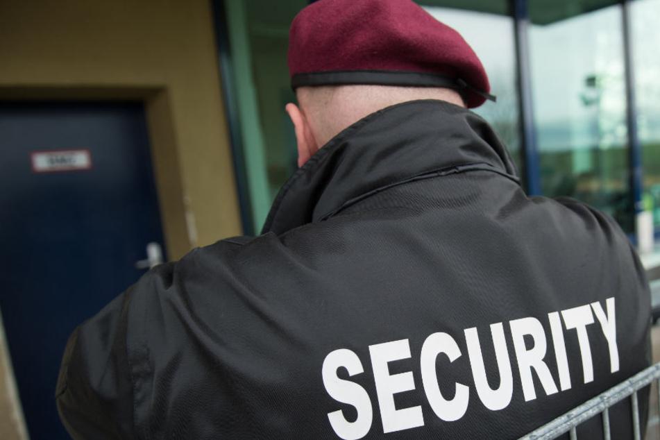 Ein privates Sicherheitsdienst schützt derzeit das Rathaus. (Symbolbild)