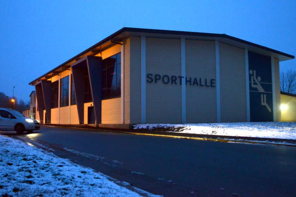 Seit Freitag heißt die Gotthard-Schettler-Halle nur noch Sporthalle.