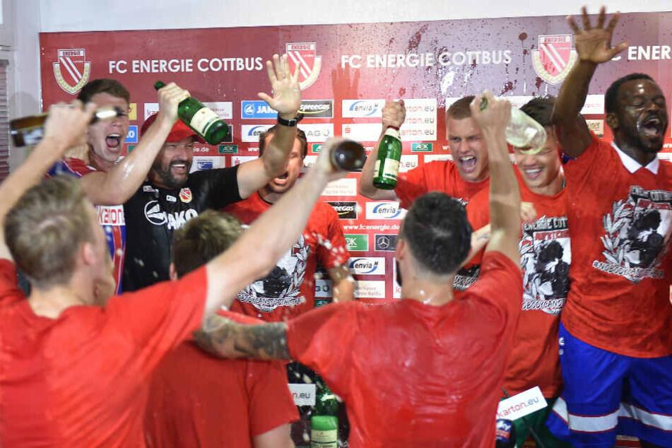 Die Mannschaft feiert den Aufstieg gegen Weiche Flensburg.