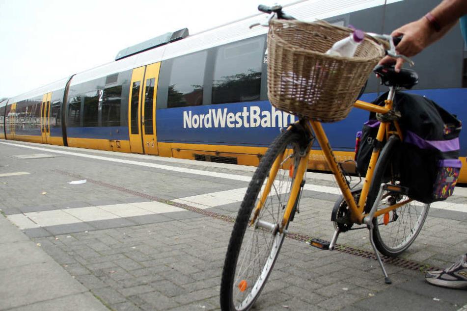 Die NordWestBahn richtet einen Ersatzverkehr mit Bussen ein.