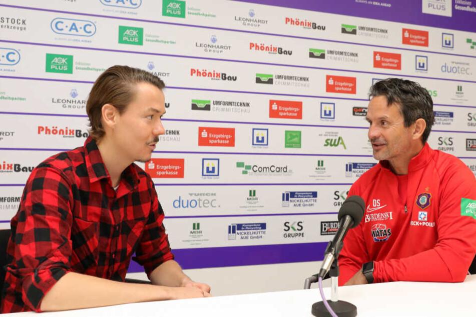 TAG24-Sportredakteur Michael Thiele (l.) im Gespräch mit Aues Trainer Dirk Schuster.
