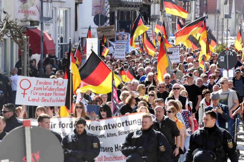 """Teilnehmer einer Demonstration, die dem bürgerlich-rechten bis rechtspopulistischen Spektrum zugerechnet werden, demonstrieren unter dem Motto """"Migrationspolitik, Innere Sicherheit"""" in Kandel."""