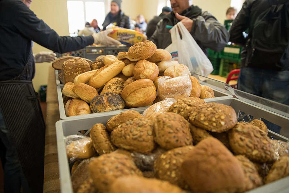 Meistens verteilen ehrenamtliche Mitarbeiter bei der Tafel Lebensmittel. Inzwischen werden auch vermehrt Rentner versorgt.