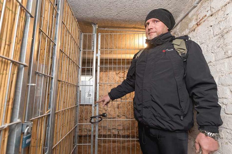Hier waren Einbrecher in seinen Keller eingedrungen: GGG-Mieter Thomas Beier  (46) schließt sein Fahrrad jetzt sicher ein.