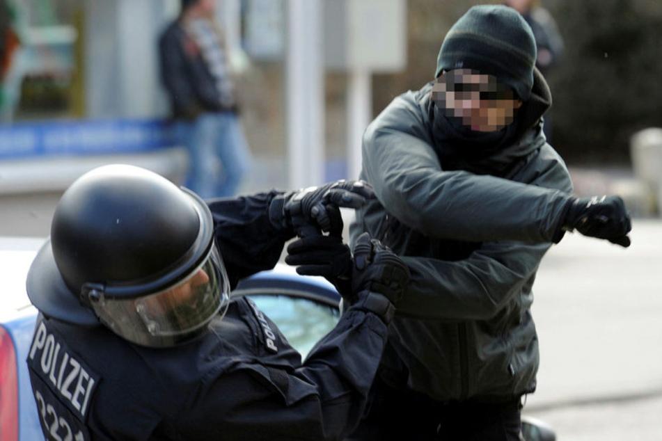 Die Angriffe gegen Polizisten haben in Sachsen im vergangenen Jahr weiter zugenommen.