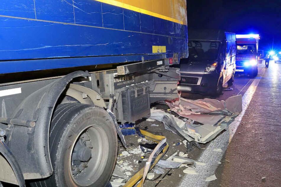 Lastwagen komplett zerstört: Geisterfahrer sorgt für Chaos