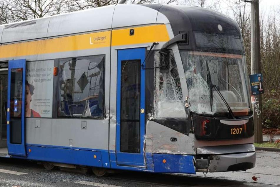 Der Fahrer der Straßenbahn konnte nicht mehr rechtzeitig bremsen und krachte in den Brummi.