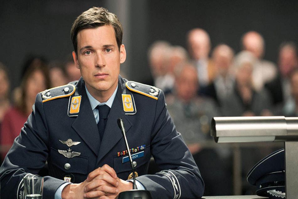 Eurofight-Pilot Lars Koch (Florian David Fitz, 41) muss sich wegen des Abschusses eines entführten Passagierflugzeugs vor Gericht verantworten.