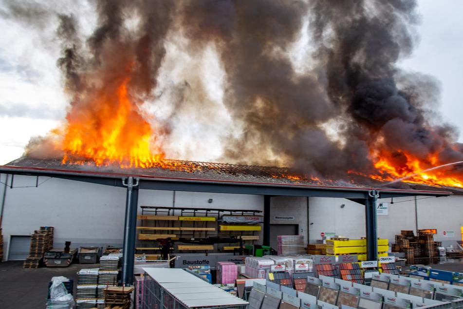 Nach Großbrand von Baustofflager in Osthessen: Bahnverkehr stark eingeschränkt