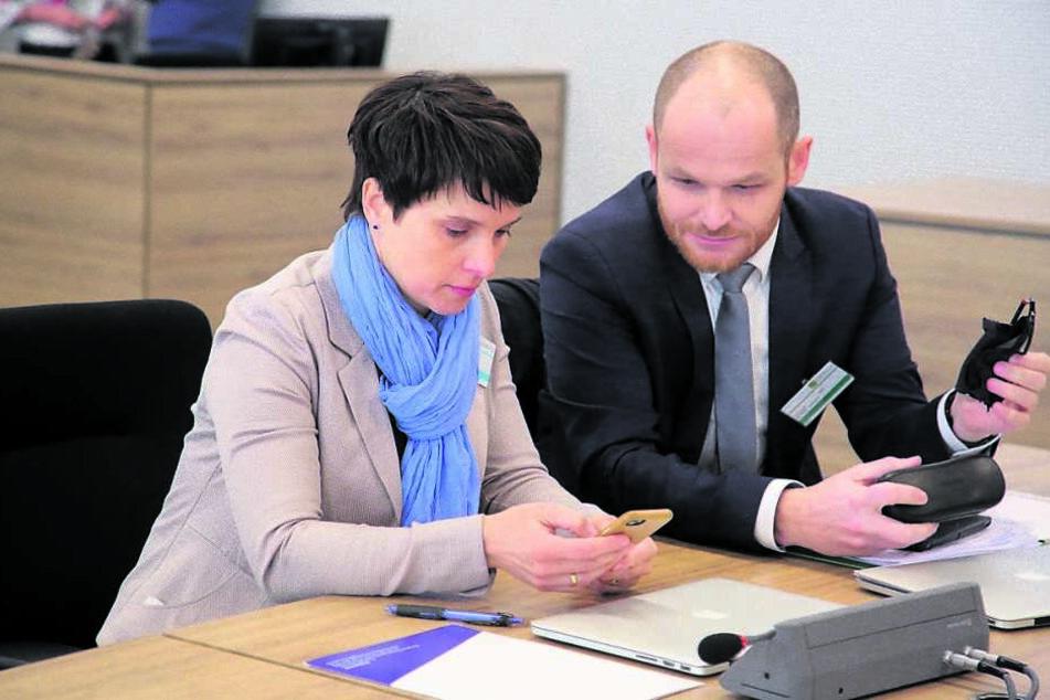 Frauke Petry (43). Rechts ihr Anwalt Carsten Brunzel (41).