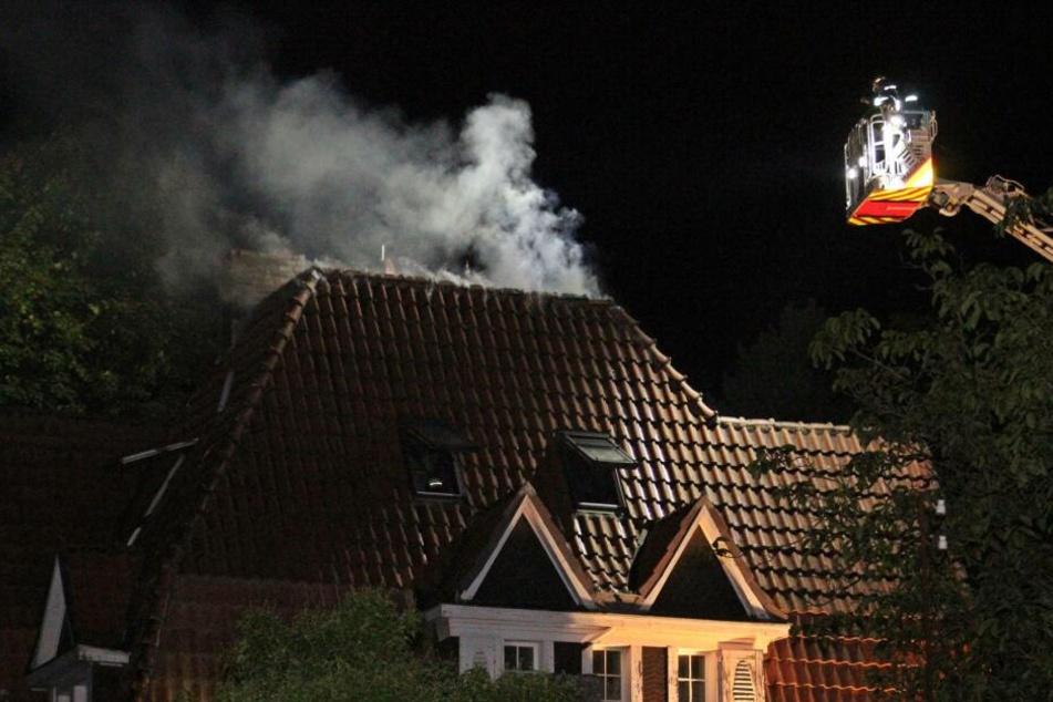 Die Löscharbeiten mit der Drehleiter gestalteten sich aufgrund der engen Zufahrt zum Brandort schwierig.