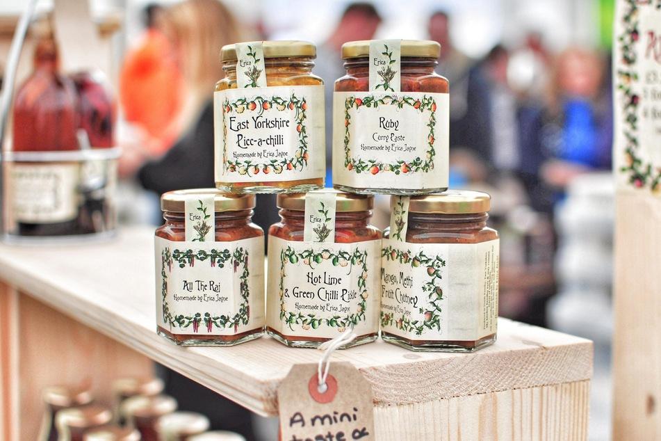 Alte Etiketten auf Marmeladegläsern müssen vor dem Wiederbefüllen zunächst sorgfältig entfernt werden.