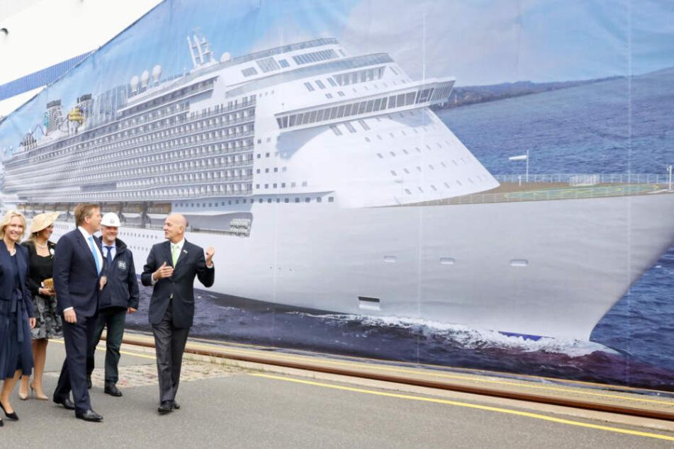 Das Königspaar ließ sich bei den MV-Werften in Warnemünde die neuen Kreuzfahrtriesen zeigen.