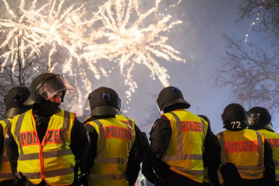 Polizisten überwachen eine Böllerverbotszone an Silvester 2018/19 in Hannover.