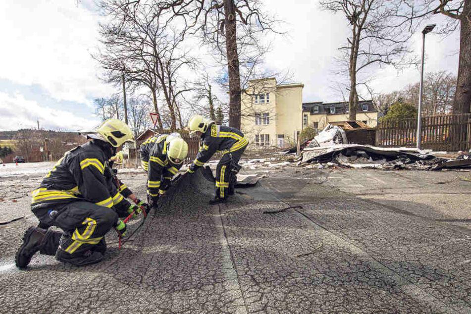 Die Feuerwehr sammelt in Netzschkau Dachteile ein. Niemand wurde verletzt.