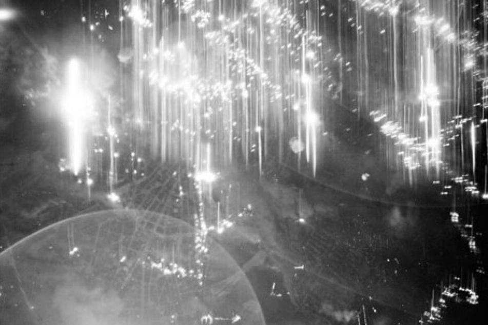 """Die Stadt an ungezählten Stellen erleuchtet von Feuer und Explosionen: Diese Aufnahme wurde von einer an einem Bomber montierten Kamera """"geschossen""""."""