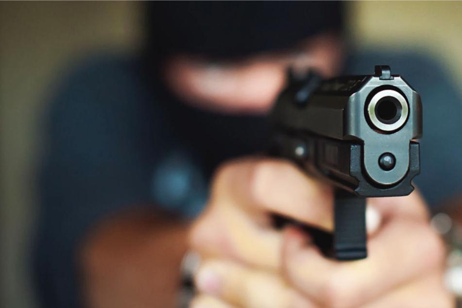 Einer der beiden Täter hatte eine Schusswaffe dabei und feuerte zwei Mal (Symbolbild).