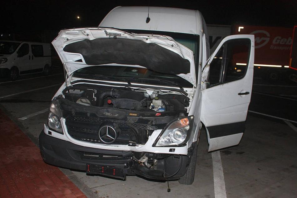 Der Mercedes wurde im Frontbereich stark beschädigt.