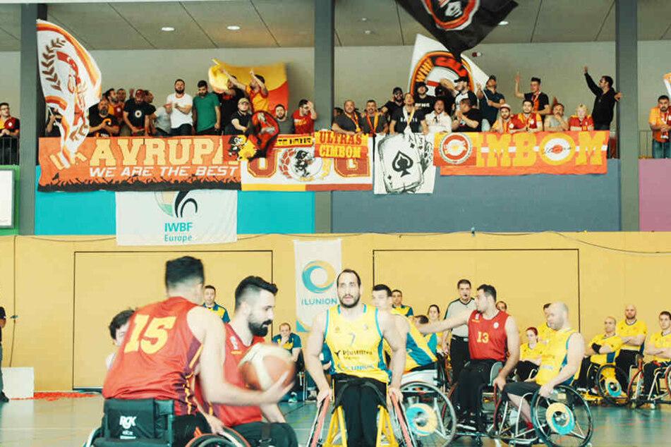 """Die Ultra-Gruppierung """"ultrAslan"""" unterstützt den gesamten Verein - auch die gehandicapten Basketballer."""