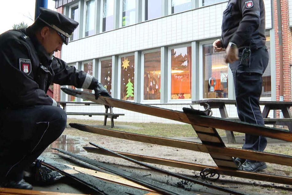 Die Polizei begutachtet die Überreste des Brandes.