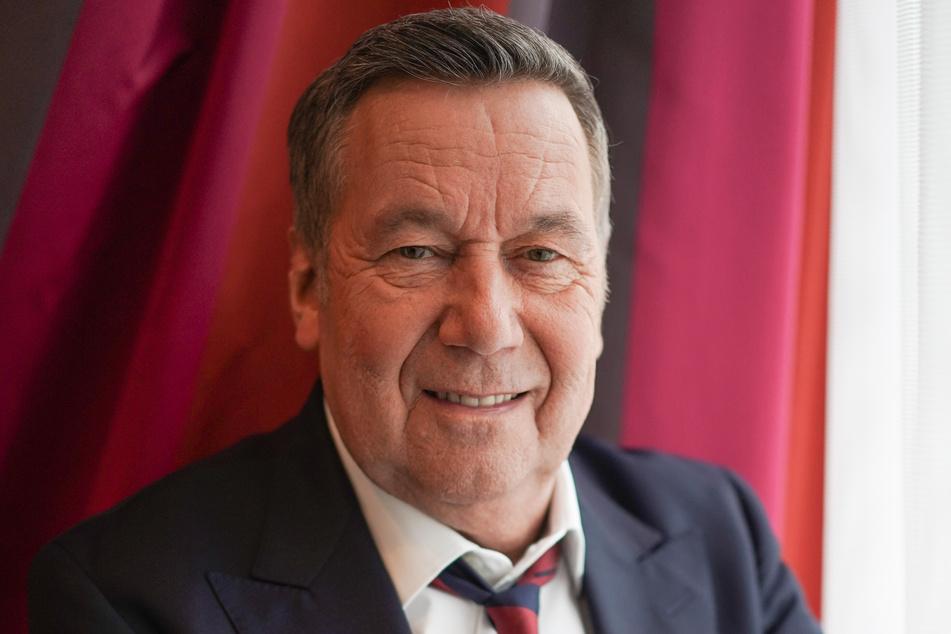 Roland Kaiser im Anzug (Foto: Jörg Carstensen/dpa)