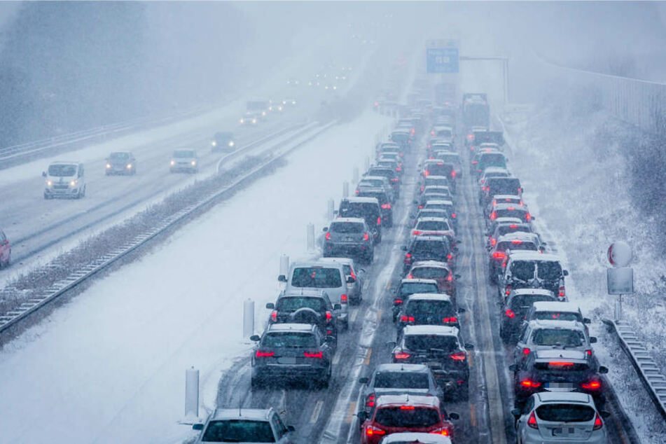 Auf der Autobahn 3 bei Wiesbaden-Breckenheim kam es wegen des Schnees zu erheblichen Behinderungen.