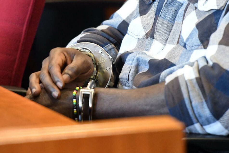 Gegen den 24-jährigen Mann aus dem Tschad wird wegen versuchten Totschlags ermittelt. (Symbolbild)