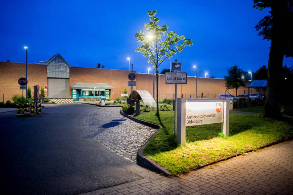 Ein Schild steht vor der Justizvollzugsanstalt (JVA) im Stadtteil Kreyenbrück in der Ex-Krankenpfleger Niels Högel seine Strafe verbüßt.