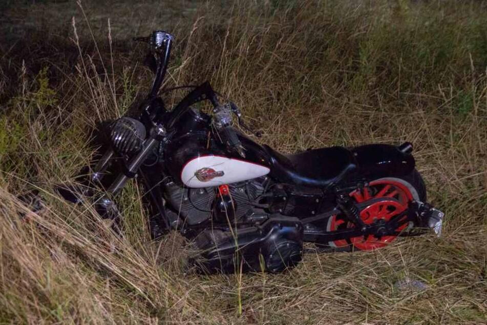 Die Harley des Bikers lag nach dem Unfall neben der Straße.