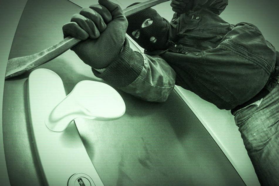 Tür aufgehebelt, Scheiben zerschlagen: Einbrecher wüten bei Baufirma