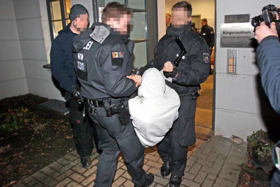 Die Festgenommenen wehrten sich massiv.
