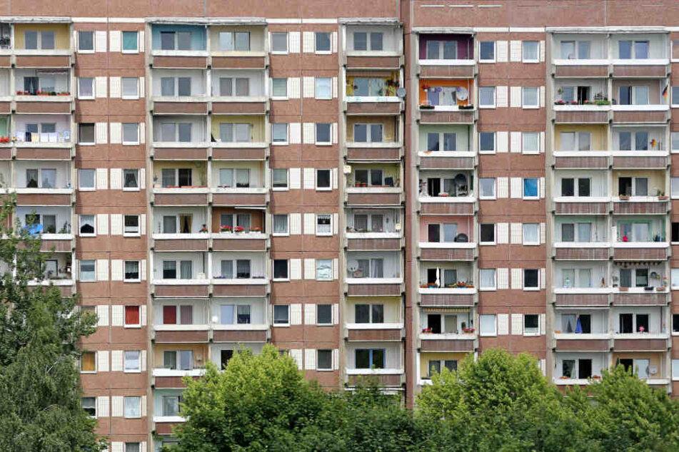Vom Balkon eines Plattenbaus warf ein etwa 25 bis 30 Jahre alter Mann einem Fußgänger eine Glasflasche hinterher. (Symbolbild)