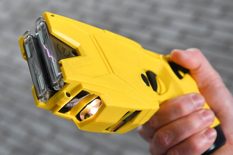 Unter anderem mit Elektroimpuls-Waffen, beispielsweise wie dieser Taser, war der Teenager augestattet. (Symbolbild)