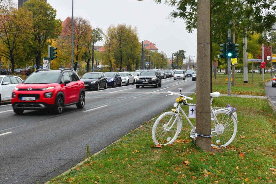 2018 starb eine Radfahrerin an der St. Petersburger Straße. Ihr Tod hat ein stadtweites Umdenken über zu schmale Radwege angeschoben.
