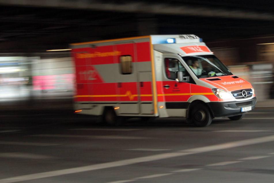 Die Frontscheibe eines Rettungswagens wurde in der Nacht zu Freitag in Halle (Saale) mit einer vollen Colaflasche beworfen.