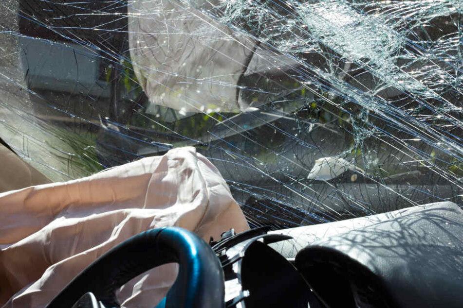 Die Frau stürzte mit ihrem Auto auf ein tiefer gelegenes Nachbargrundstück. (Symbolbild)