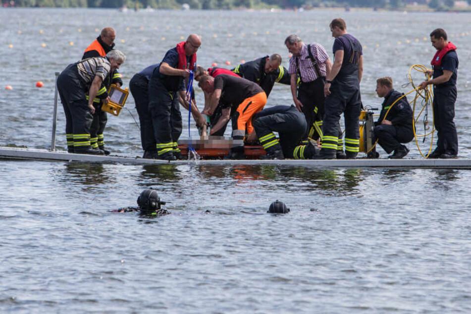 Rettungskräfte ziehen den leblosen Körper des jungen Mannes an Land.
