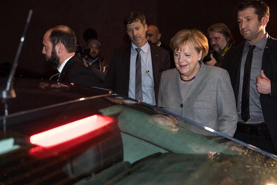 Angela Merkel fährt nach dem Scheitern der Verhandlungen davon.