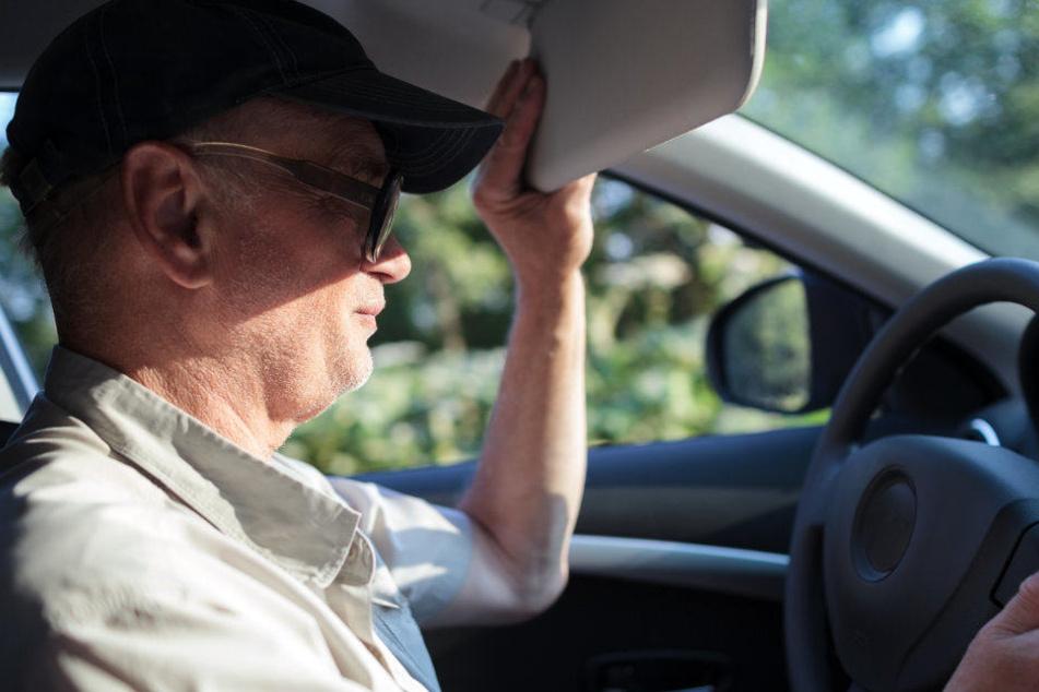 Der 52-jährige Fahrer übersah den Fußgänger. (Symbolbild)