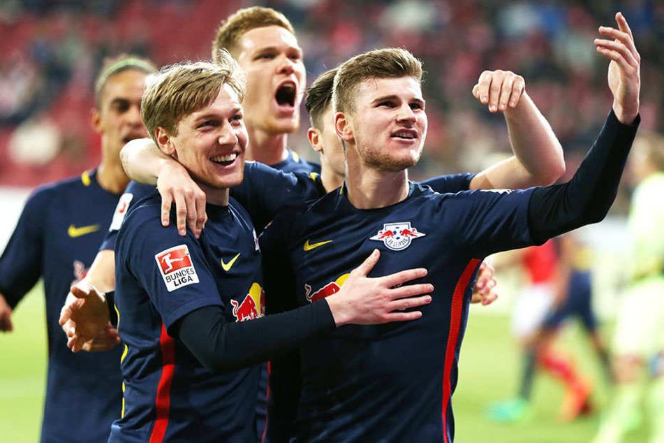 Emil Forsberg (l.), Marcel Halstenberg (Mitte hinten) und Timo Werner (r.) freuen sich über das 2:0.