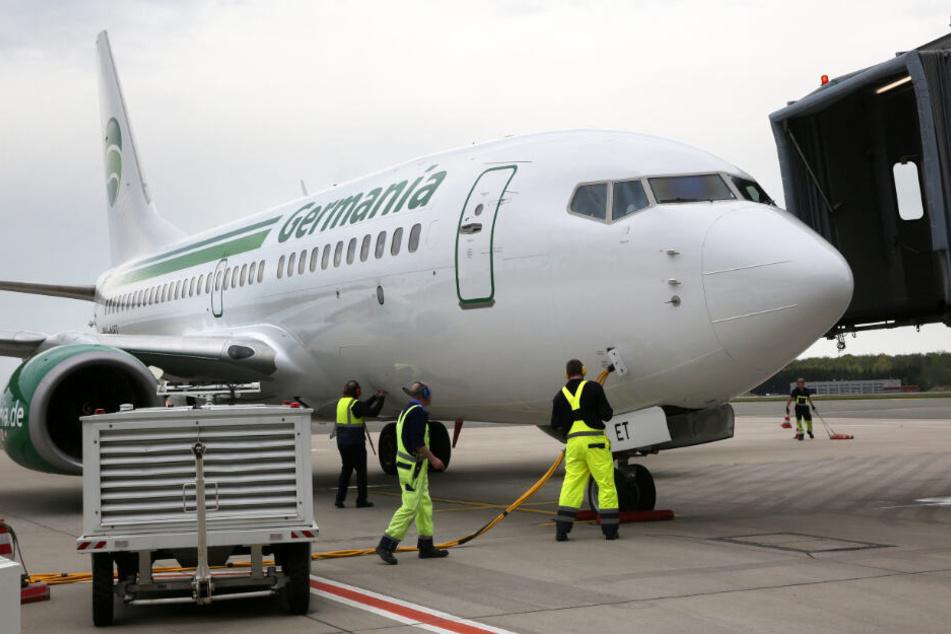 Bild aus besseren Zeiten: Ein Flieger der Gesellschaft Germania steht am Flughafen Rostock-Laage und wird fit gemacht für den Start.