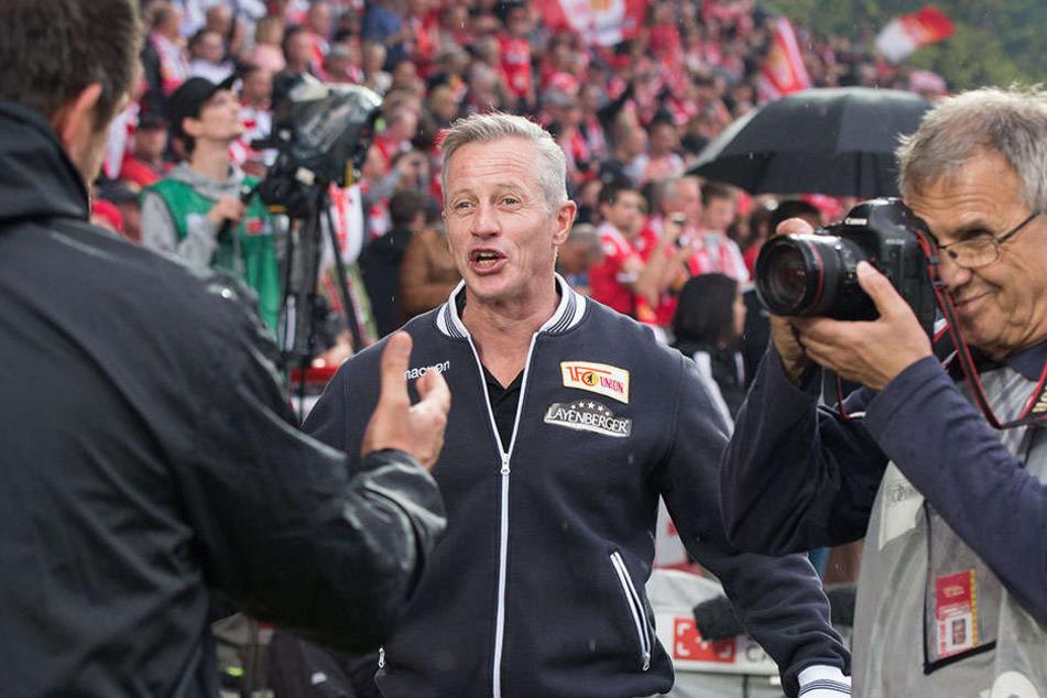 Kann trotzdem noch lachen: Jens Keller vor dem Spiel gegen Heidenheim am Sonntag.