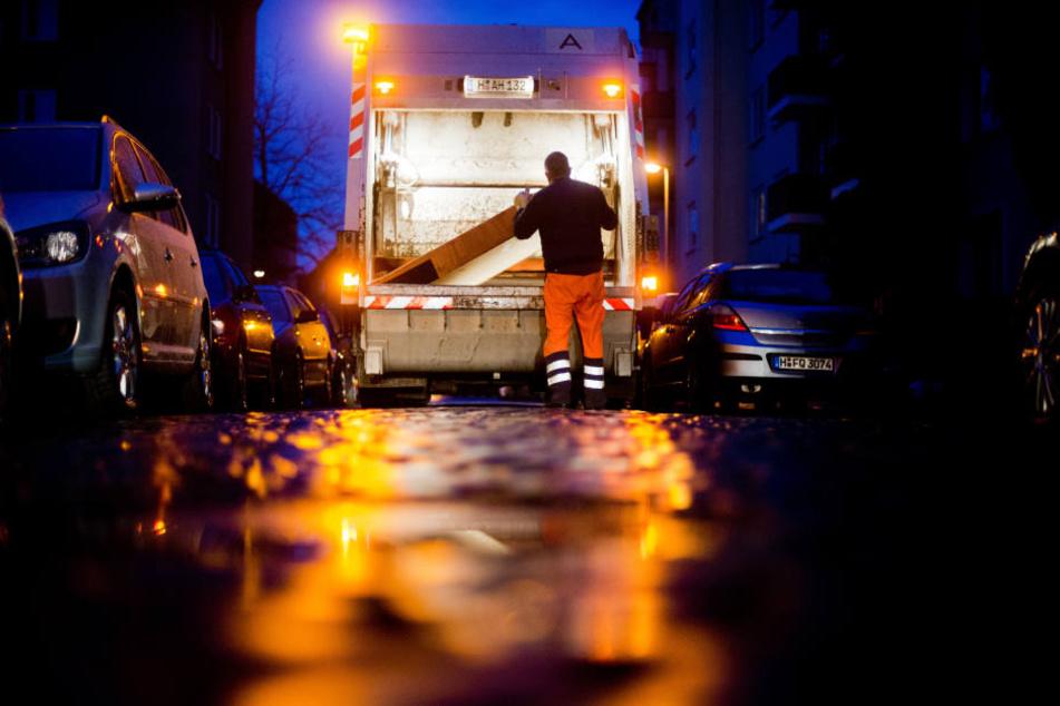 Die Frau krachte mit ihrem Fahrzeug gegen das Heck des Müllautos.
