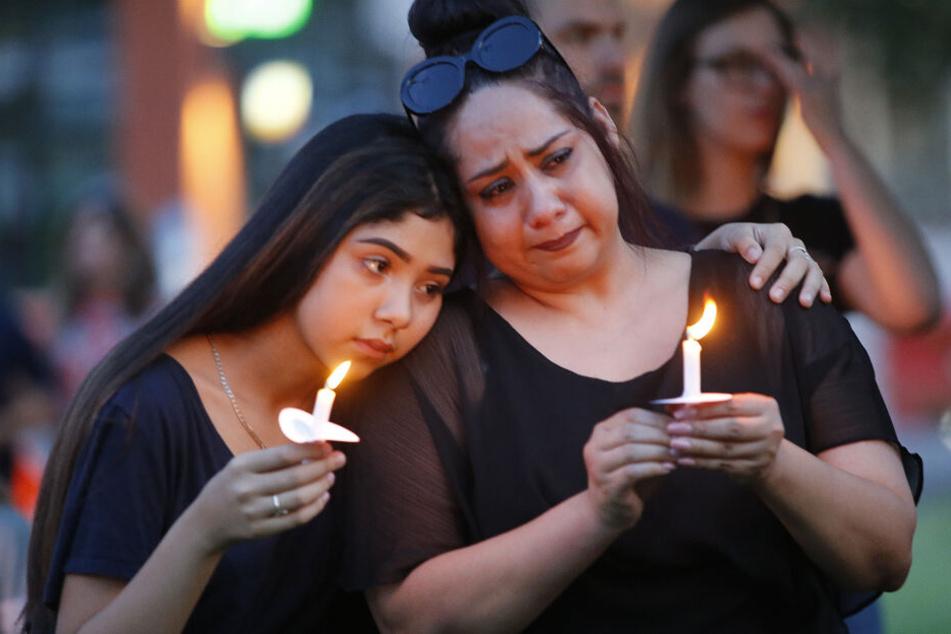 Monica Martinez (r) und ihre Tochter Tory nehmen an einer Mahnwache für die Opfer der Massaker in El Paso (Texas) und Dayton (Ohio) teil.