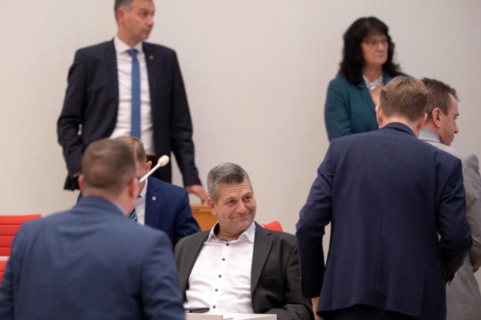 Abgeordneter Daniel Freiherr von Lützow (M, AfD) sitzt während einer Abstimmung im Plenarsaal im Landtag.