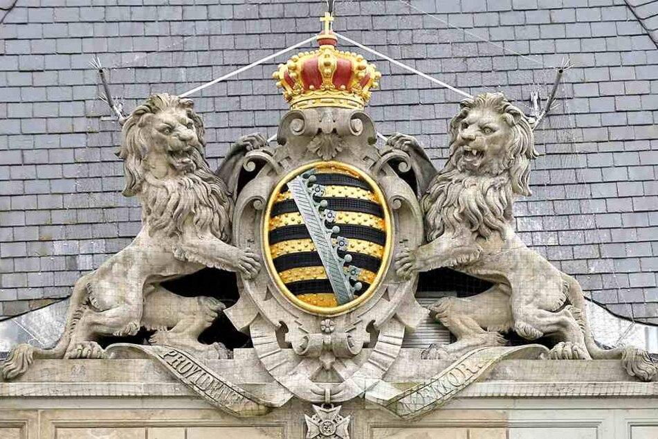 """So wie das auf dem Landgerichtsgebäude soll auch das neue """"Große Wappen"""" aussehen. Das Motto """"Providentiae Memor"""" (""""Der Vorsehung eingedenk"""") war der Wahlspruch der Wettiner."""