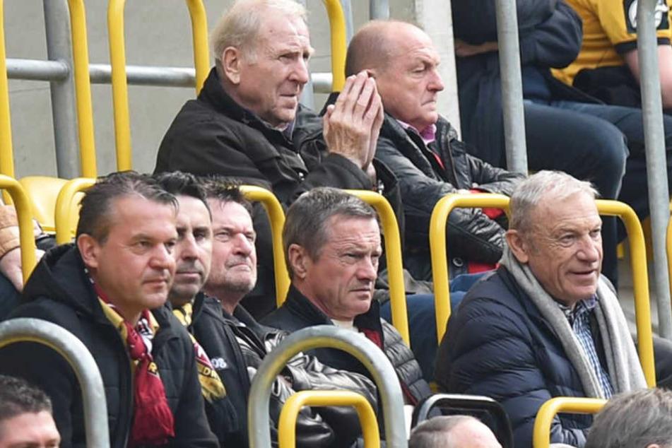 Das Tischtuch zwischen Eduard Geyer (vorn rechts) und Dynamo-Legenden wie Klaus Sammer und Dieter Riedel (hinten, v.l.n.r.) scheint zerschnitten.